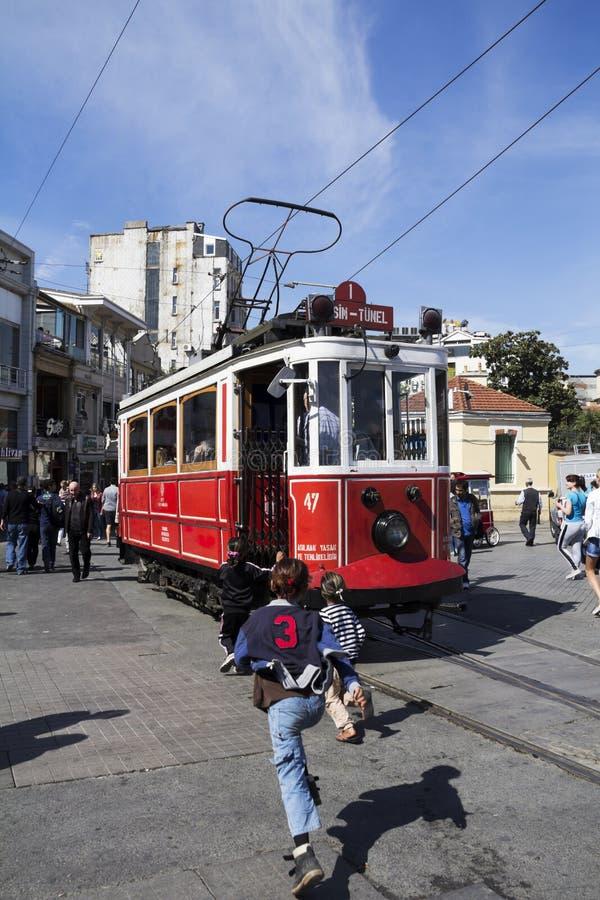 ISTAMBUL - 3 DE MAIO: Rua de Taksim Istiklal no eventide o 3 de maio de 2014 em Istambul, Turquia A rua de Taksim Istiklal é uma  fotografia de stock