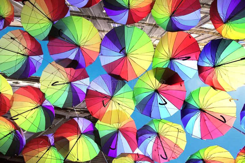 Istambul, Karakoy/Turquia - 04 04 2019: Os guarda-chuvas coloridos decoraram a parte superior da rua de Karakoy na Istambul, deco fotos de stock royalty free