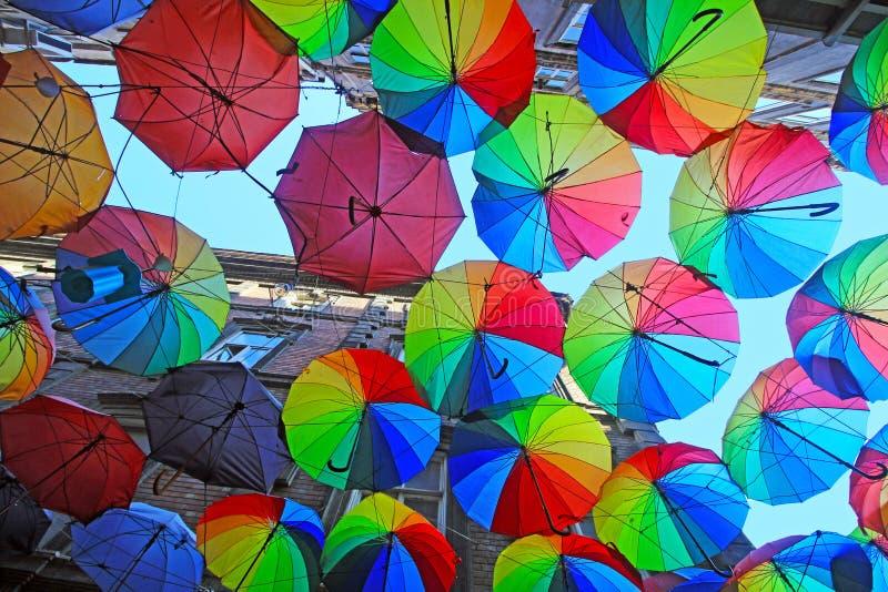 Istambul, Karakoy/Turquia - 04 04 2019: Os guarda-chuvas coloridos decoraram a parte superior da rua de Karakoy na Istambul, deco fotografia de stock