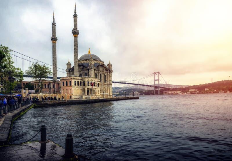 Istambul no 5 de maio de 2018: Imagem da mesquita de Ortakoy com Bosphorus imagem de stock