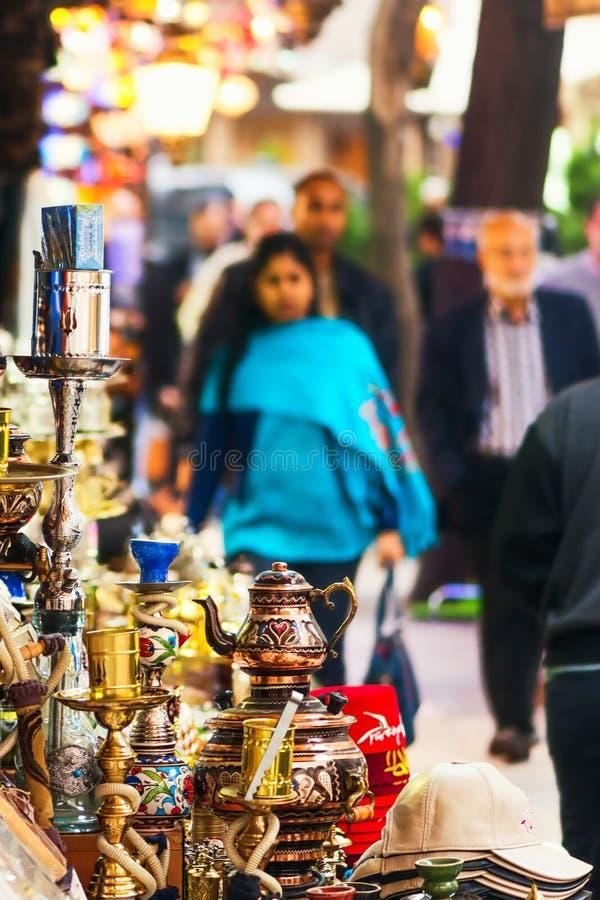 ISTAMBUL - NOVEMBRO, 22: Loja de lembrança fora do bazar grande com fotos de stock royalty free