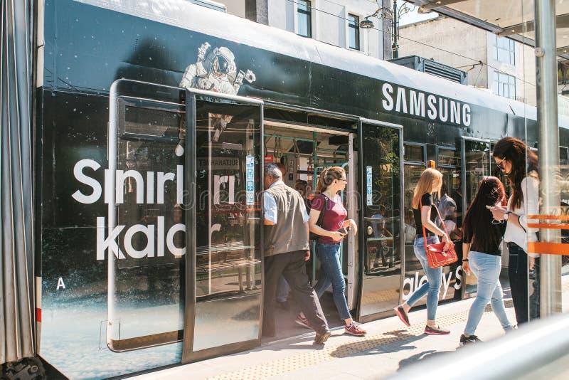 Istambul, o 15 de junho de 2017: Os povos saem da porta de carro do metro e vão a uma loja próxima de Samsung e no seus próprios imagem de stock