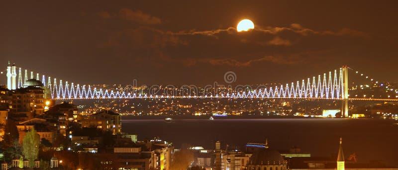 Istambul que sightseeing na noite: Ponte de Bosporus imagens de stock