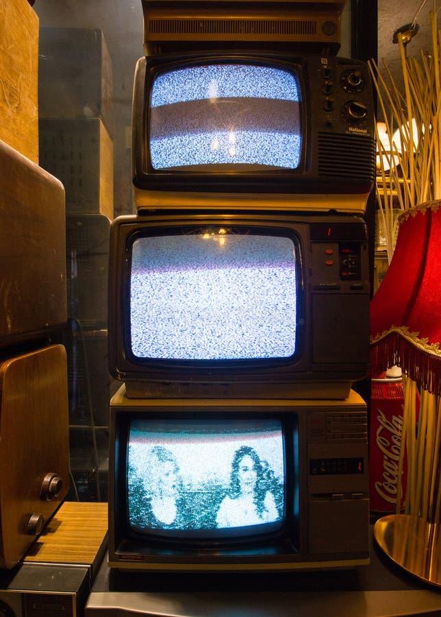 Istambul, rua de Istiklal/Turquia 16 4 2019: Televisões retros clássicas velhas, coleções antigas imagens de stock royalty free