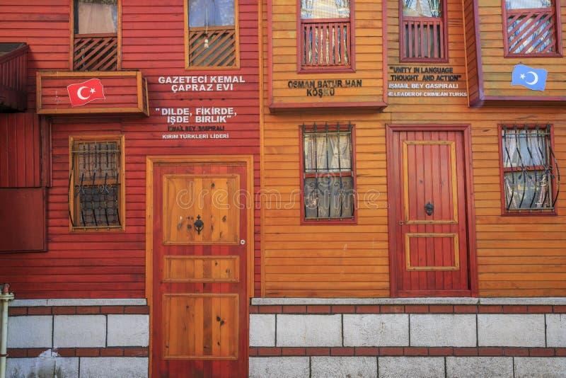 Istambul/Turkey-04 03 2019: casas velhas bonitas do vintage de Istambul fotografia de stock