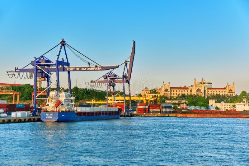 ISTAMBUL, 07 TURKIJE-MEI, 2016: Zeehaven van de grootste stad in Turkije royalty-vrije stock afbeelding