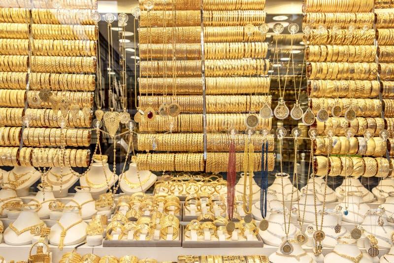 Istambul, Turkiye -1 Ocak 2019; Acessórios dourados na janela de exposição de uma loja de joia Loja turca Istambul do ouro imagens de stock