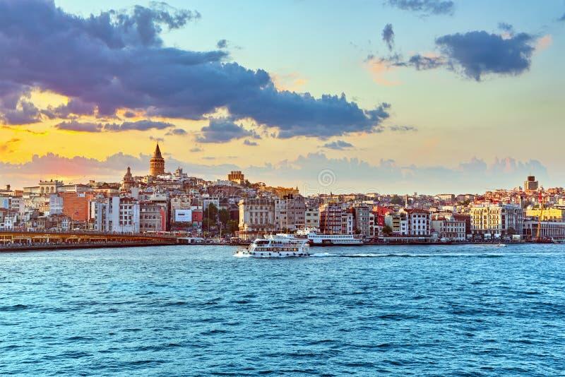ISTAMBUL, TURQUÍA 7 DE MAYO DE 2016: Opinión de Estambul de la puesta del sol en imágenes de archivo libres de regalías