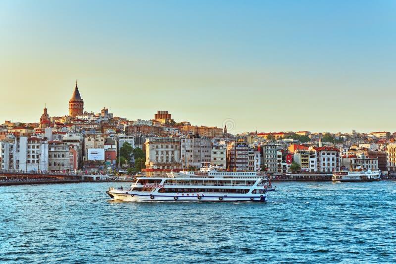 ISTAMBUL, TURQUÍA 7 DE MAYO DE 2016: Opinión de Estambul de la puesta del sol en th fotos de archivo libres de regalías