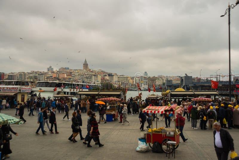 ISTAMBUL, TURQUIA: A área onde um sanduíche popular é vendido entre turistas e locals Tenda com milho e pão fotografia de stock