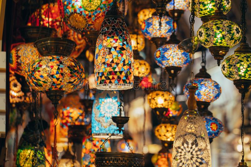 Istambul, Turquia - 04/16/2019 das várias lâmpadas velhas no bazar grande em Istambul imagem de stock royalty free