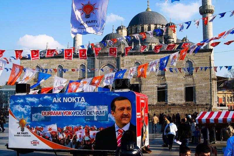 ISTAMBUL, TURQUIA - 24 DE FEVEREIRO 2009: Cartaz da eleição da manifestação e bandeiras políticos na frente de Sultan Ahmed Mosqu foto de stock royalty free