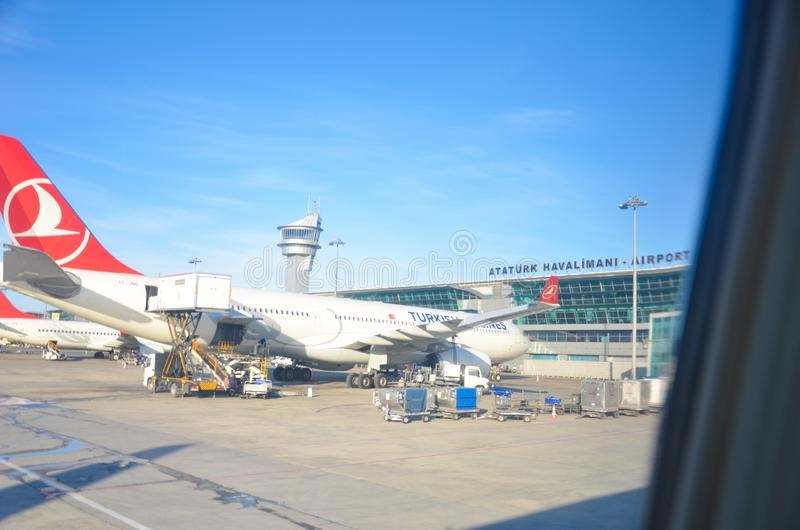 ISTAMBUL, TURQUIA - 21 de janeiro de 2013: Cubo de Turkish Airlines no aeroporto internacional de Ataturk imagem de stock royalty free