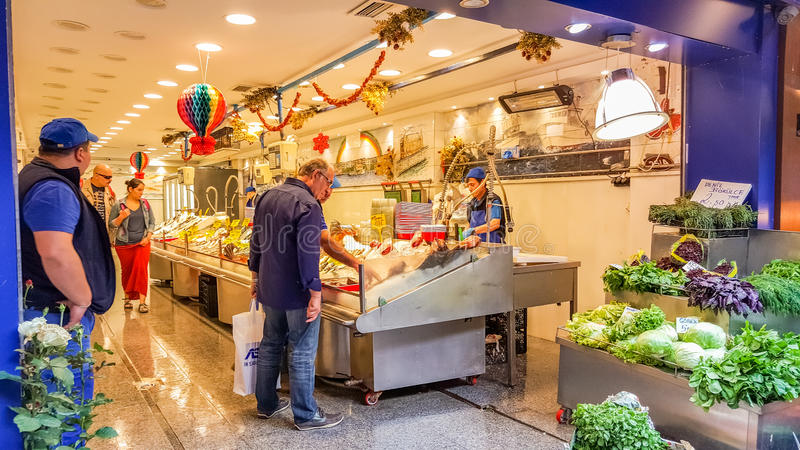 Istambul, Turquia - 2 de junho de 2017: Interior de um mercado de peixes no bazar da rua de Kadikoy fotografia de stock