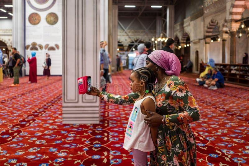 Istambul, Turquia - 20 de maio de 2018: A mãe e a filha fazem um selfie na mesquita azul Sultan Ahmed imagens de stock
