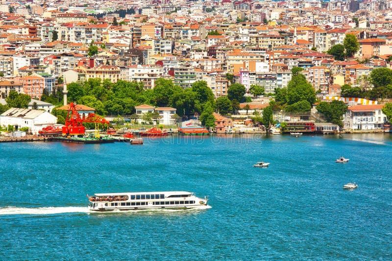 ISTAMBUL, TURQUIA - 28 de maio de 2017: Vista à área esidential através da baía do chifre dourado imagem de stock royalty free