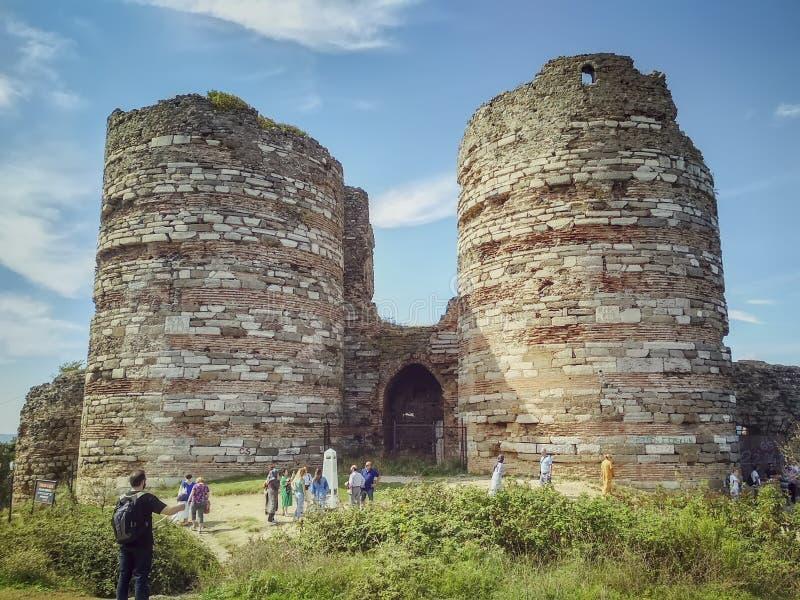 Istambul, Turquia - 24 de setembro de 2018 As ruínas de uma fortaleza Venetian antiga na costa do Bosphorus Visita dos turistas fotografia de stock