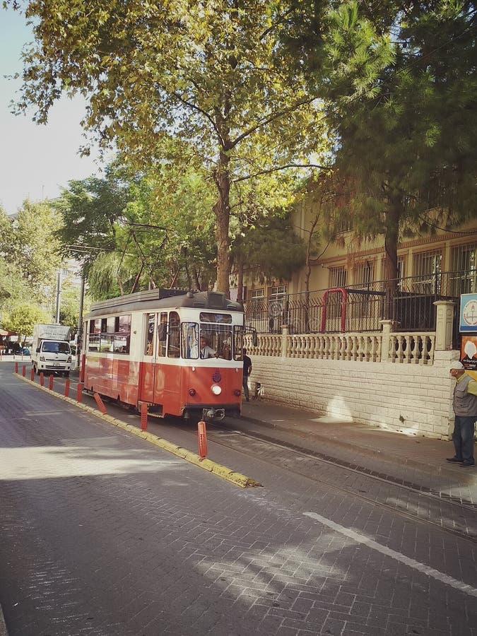 Istambul, TURQUIA - 21 de setembro - 2018: Bonde vermelho do vintage na rua de Moda no distrito de Kadikoy fotografia de stock royalty free