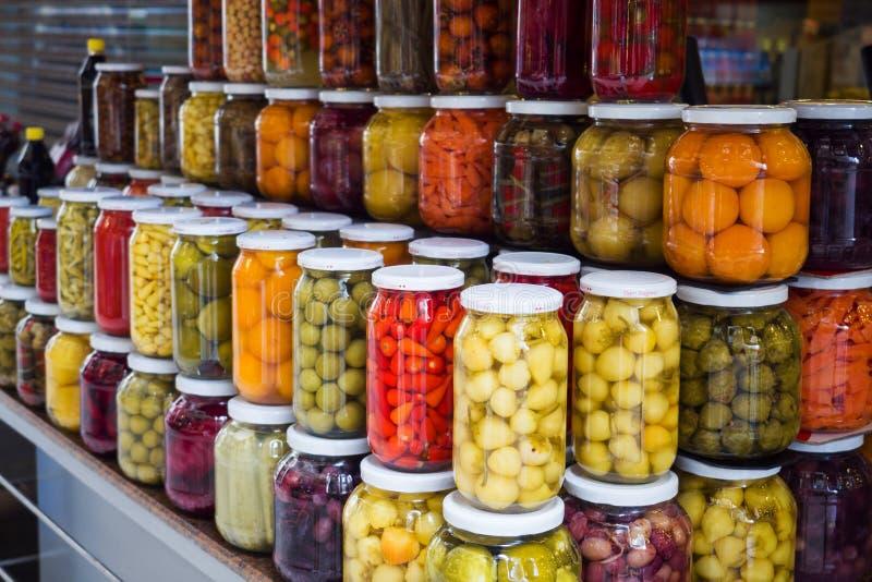 Istambul, Turquia - 3 de setembro de 2019: Frutas e legumes enlatados em frascos de vidro numa janela de loja em Istambul Ferment imagem de stock