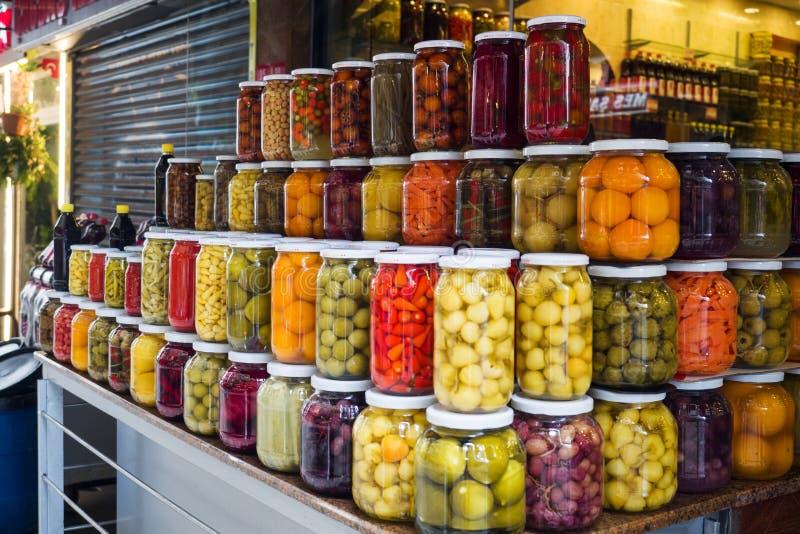 Istambul, Turquia - 3 de setembro de 2019: Frutas e legumes enlatados em frascos de vidro numa janela de loja em Istambul Ferment fotografia de stock