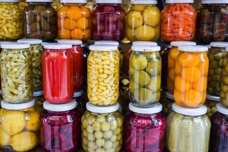 Istambul, Turquia - 3 de setembro de 2019: Frutas e legumes enlatados em frascos de vidro numa janela de loja em Istambul Ferment imagem de stock royalty free