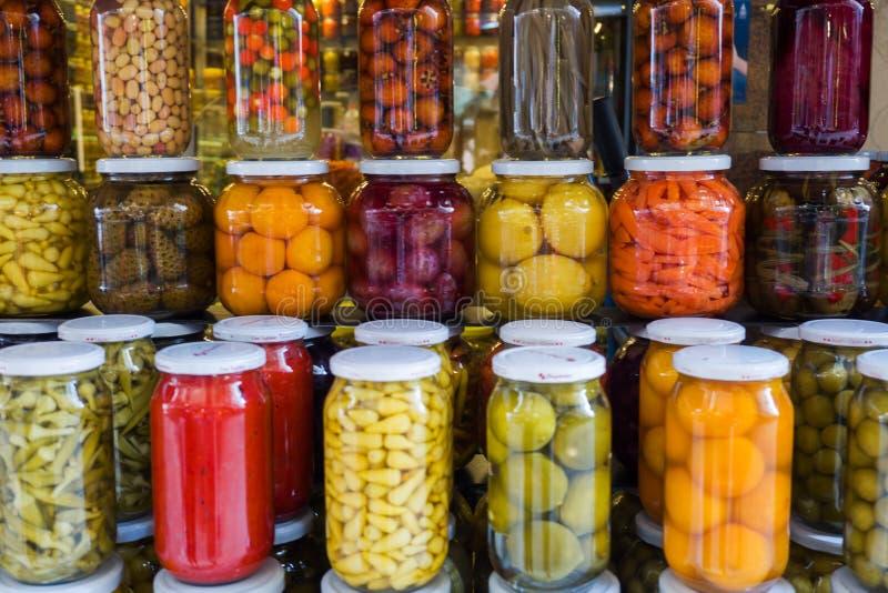 Istambul, Turquia - 3 de setembro de 2019: Frutas e legumes enlatados em frascos de vidro numa janela de loja em Istambul Ferment fotos de stock royalty free