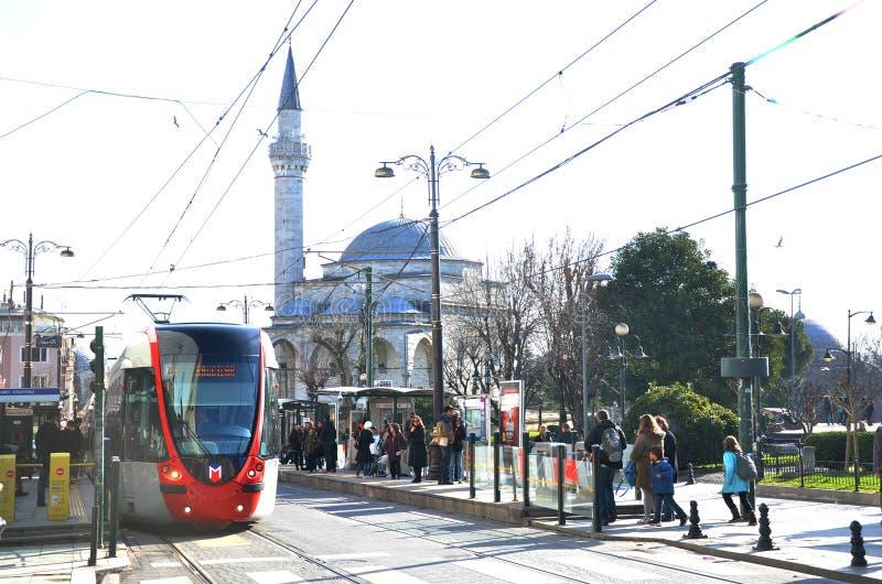 ISTAMBUL, TURQUIA - em janeiro de 2018, 17 - bonde do CITADIS X04 de Alstom na linha do bonde do T1 Istambul que liga Kabatas e B fotos de stock