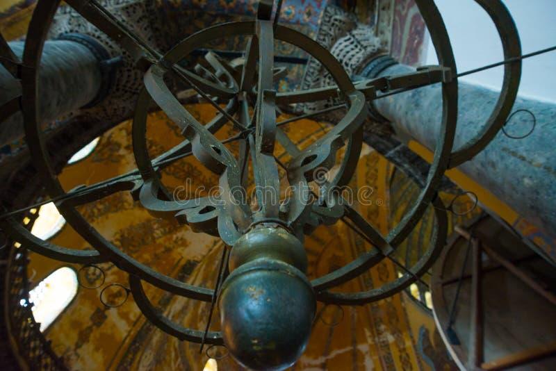ISTAMBUL, TURQUIA: Interior de Hagia Sophia Candelabro velho do metal imagens de stock royalty free