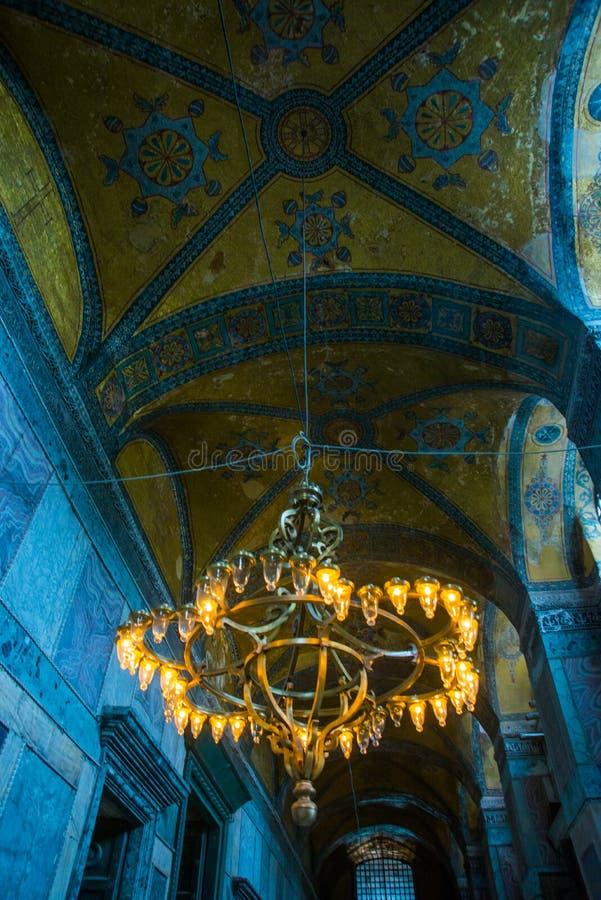 ISTAMBUL, TURQUIA: Interior de Hagia Sophia Candelabro velho do metal com ampolas fotografia de stock