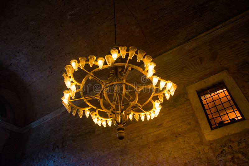 ISTAMBUL, TURQUIA: Interior de Hagia Sophia Candelabro velho do metal com ampolas fotos de stock royalty free