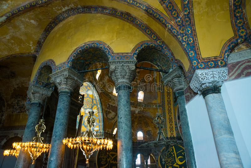 ISTAMBUL, TURQUIA: Interior de Hagia Sophia Candelabro velho do metal com as ampolas entre colunas imagens de stock