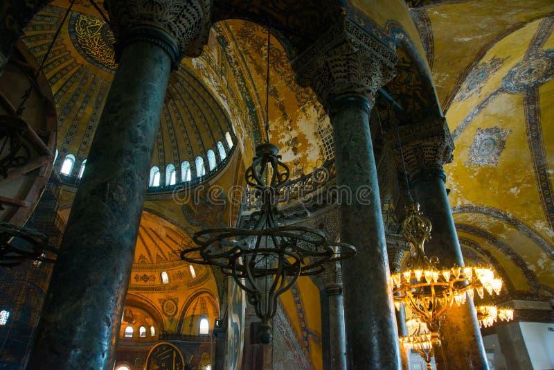 ISTAMBUL, TURQUIA: Interior de Hagia Sophia Candelabro velho do metal entre colunas fotografia de stock royalty free