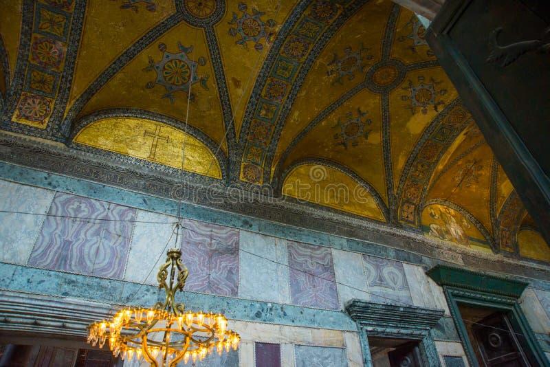 ISTAMBUL, TURQUIA: Interior de Hagia Sophia Dourar e ornamento no teto Hagia Sophia é o grande monumento do bizantino imagem de stock royalty free