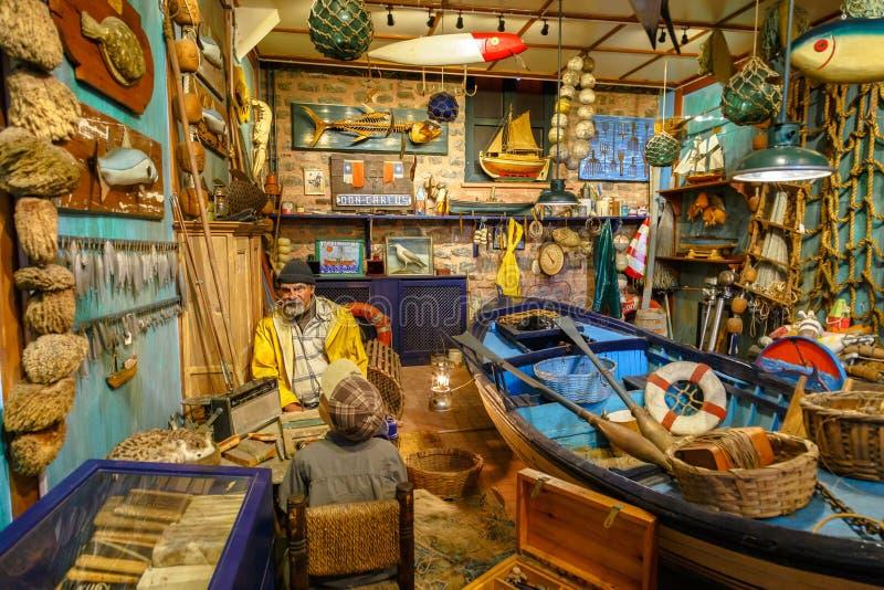Istambul, Turquia, o 23 de março de 2019: Pescador no estaleiro com barco, equipamento de pesca e redes Composição no Rahmi foto de stock