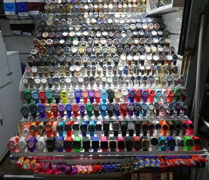 Istambul, Turquia, o 22 de setembro , 2018: Estar no bazar com um grupo de relógios falsificados do tipo imagem de stock
