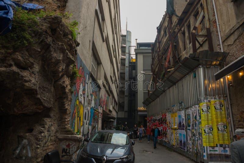 Istambul, Turquia: Opinião do distrito de Balat, as vizinhanças as mais velhas da rua em Istambul com estilo arquitetónico intere foto de stock