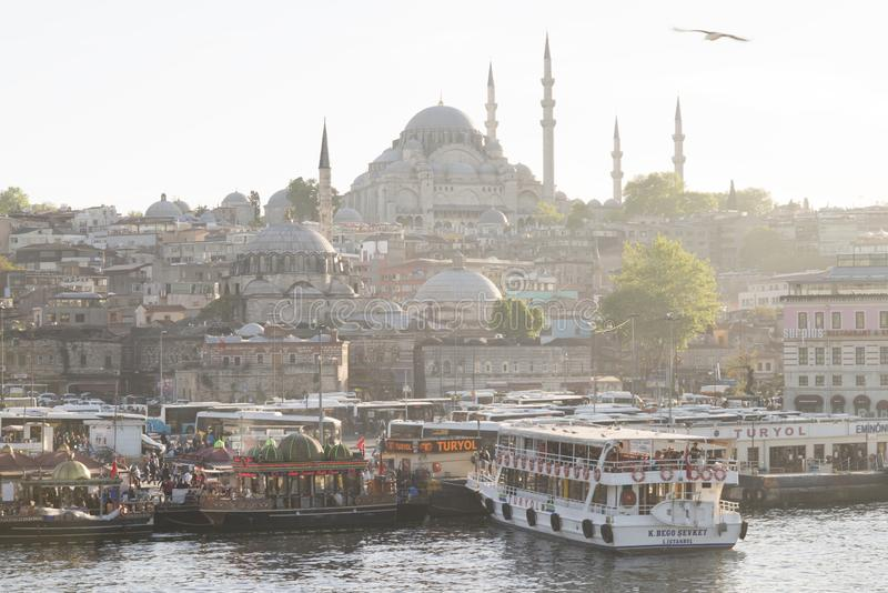 Istambul, Turquia - 04 22 2016: Restaurantes de flutuação e a mesquita nova Yeni Cami em Eminonu Vista da ponte de Galata, chifre imagens de stock
