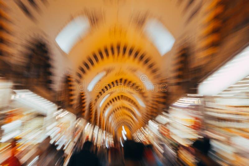 ISTANBOEL, 13 APRIL: Mensen die in Grote Bazar in Istanboel, Turkije, één winkelen van de grootste markthallen in de wereld, royalty-vrije stock foto