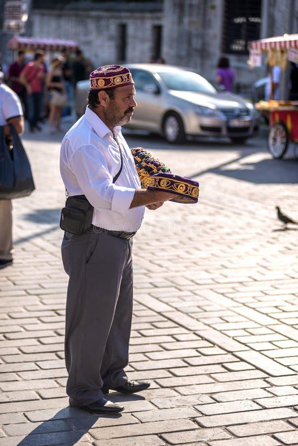ISTANBOEL - JULI 4: Turkse typische hoedenverkoper op de straten van stock foto's