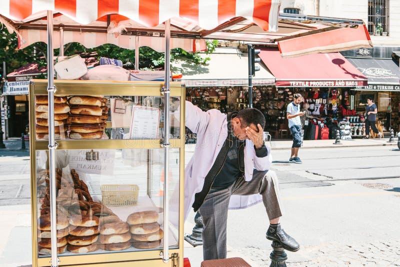 Istanboel, 15 Juni 2017: Uit beklemtoond en verstoorde het productverkoper die van de straatbakkerij slechte hoofdpijn hebben royalty-vrije stock afbeeldingen