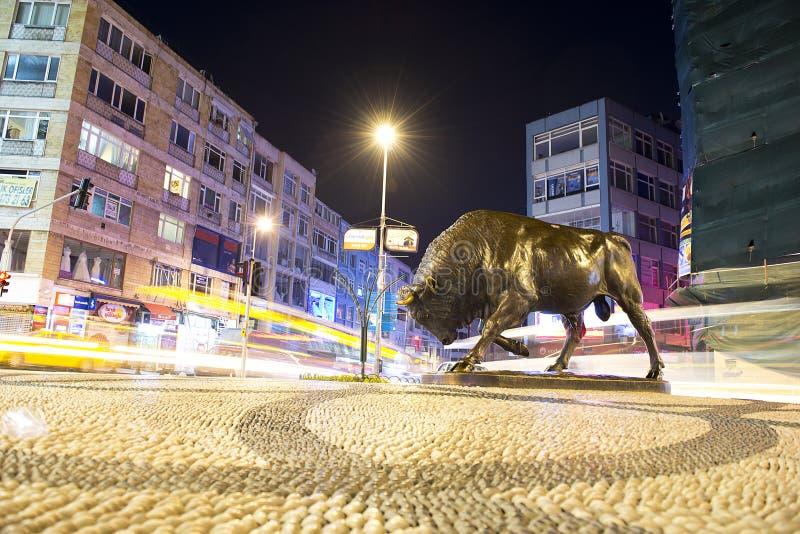 ISTANBOEL, KADIKOY: Stierenstandbeeld bij het Kadikoy-vierkant stock foto's