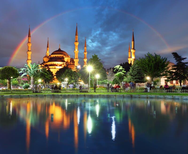 Istanboel met regenboog - Blauwe moskee, Turkije stock foto