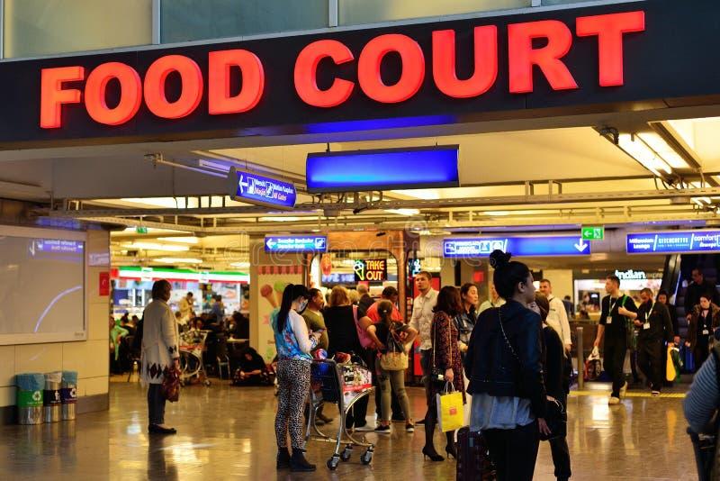 ISTANBOEL, TURKIJE - APRIL, 2017: voedsel courd bij Ataturk-airpor royalty-vrije stock foto's
