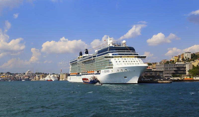 ISTANBOEL, TURKIJE - Augustus 24, 2015: Cruisesschip in Gouden Hoorn stock foto's