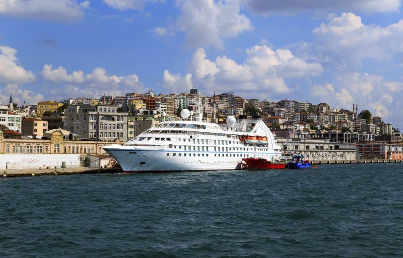 ISTANBOEL, TURKIJE - Augustus 24, 2015: Modern schip in Gouden Hoornbaai royalty-vrije stock afbeelding