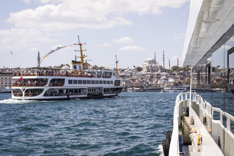 ISTANBOEL, TURKIJE - AUGUSTUS 20, 2018: Passagiersschepen en reflecti stock foto
