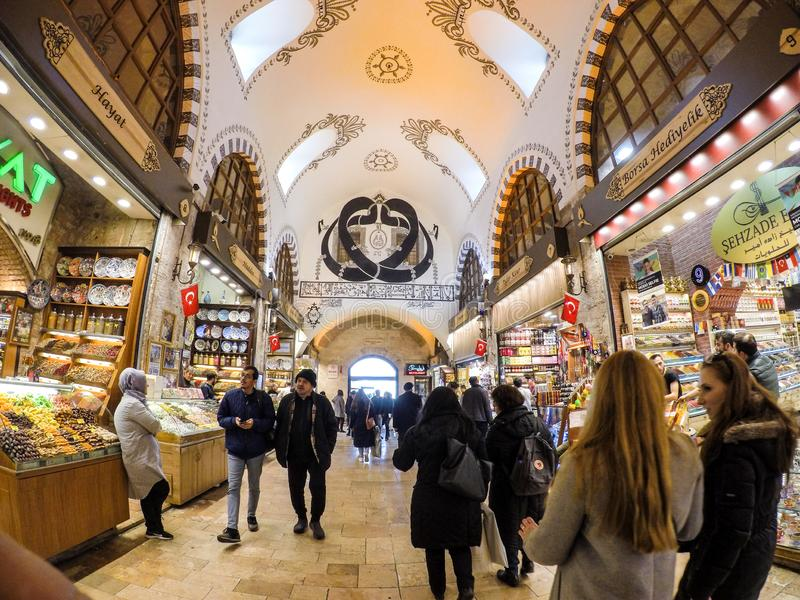 Istanboel, Turkije - Maart 8, 2019: De mensen die in Grote Bazar, de met de hand gemaakte hoofdkussens, de zakken en de tapijten  royalty-vrije stock fotografie