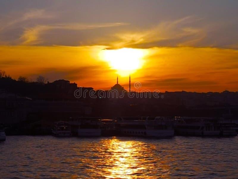 Istanboel, 30 Turkije-Maart, 2018: De zon valt neer van Th stock fotografie