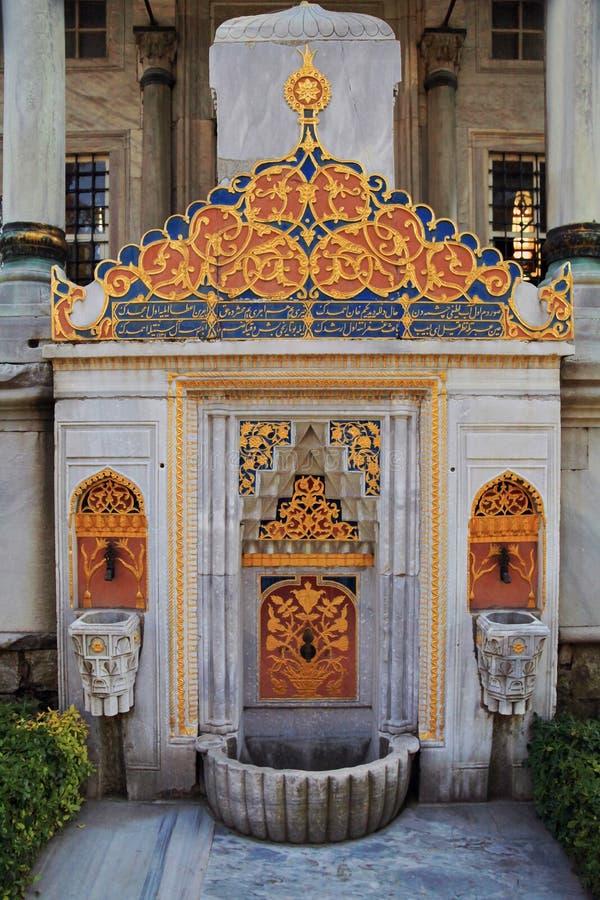ISTANBOEL, TURKIJE - MAART 24, 2012: Fontein in het Topkapi-Paleis royalty-vrije stock afbeeldingen