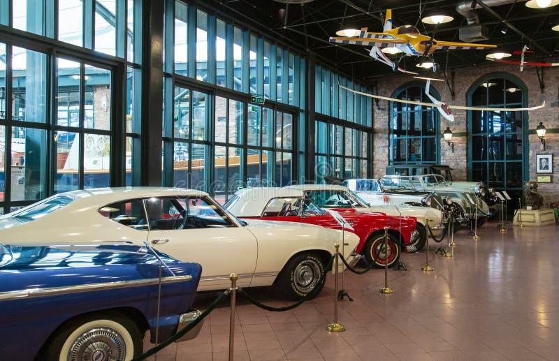 Istanboel, Turkije, 23 Maart 2019: Klassieke auto's in Rahmi M Koc Industrieel Museum Het Kocmuseum heeft één van de grootste aut stock afbeeldingen